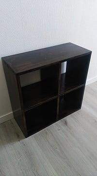 Un meuble noir en bois ,polyvalent, il peut être installé dans plusieurs endroits de la maison, chambre, salon, couloir et salle de bain